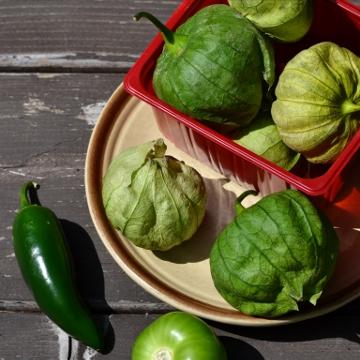 Tomatilles et jalapeno dans leur panier