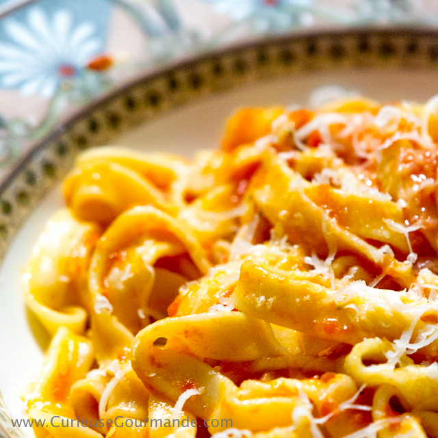 Pâtes maison à la sauce tomate et parmesan | Comment faire des pâtes maison à la méthode italienne | www.CurieuseGourmande.com