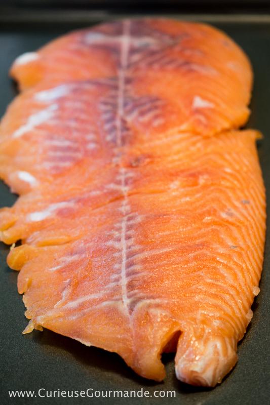 Filet de saumon cru | Saumon fumé maison au vin rouge | www.CurieuseGourmande.com