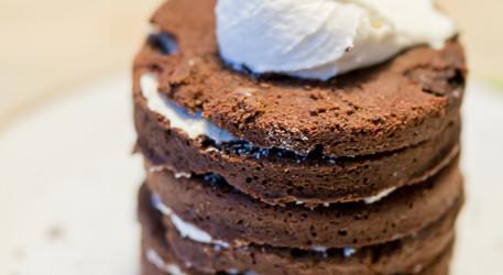Gâteau de premier anniversaire, simple et délicieux, avec crémage hypersimple sans colorant | curieusegourmande.com #gateau #chocolat #recette