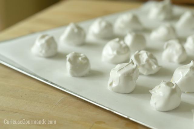 De jolies meringues véganes et sans oeufs. La recette est sur le site!